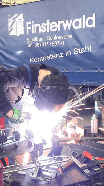 Mitarbeiter der Firma Finsterwald Stahlbau GmbH & Co.KG beim Schweissen
